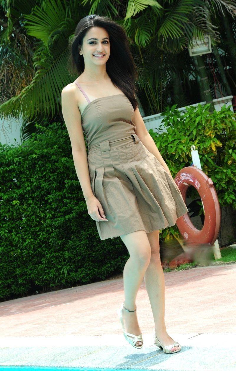 kriti-kharbanda-height Kriti Kharbanda 11+ Unseen Bikini Swimsuit Images Age & Wiki